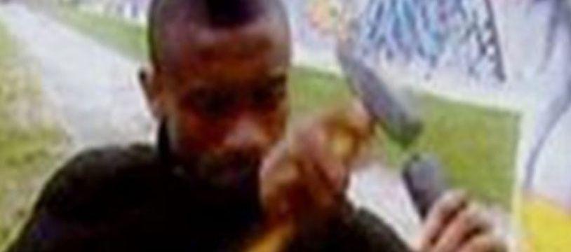 Salomon Kalou s'en prend au mur de Berlin dans un reportage de la télévision allemande.