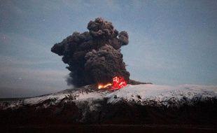 Depuis samedi soir, la force de l'éruption sous le glacier Eyjafjallajokull semble toutefois diminuer.