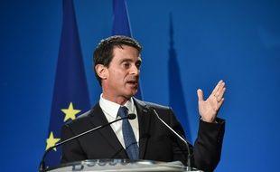Le Premier ministre Manuel Valls, le 16 janvier 2016 à l'usine Lesieur à Bassens (Gironde).