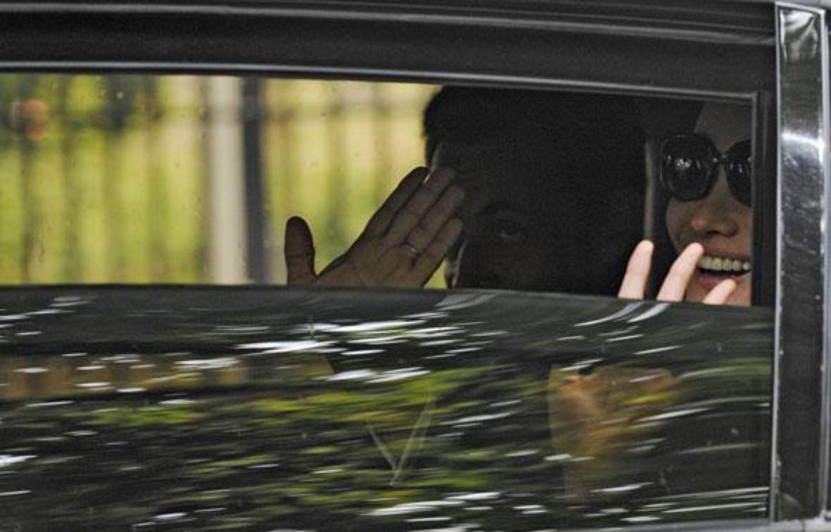 Nicolas Sarkozy et Carla Bruni quittent le Val-de-Grâce, lundi 27 juillet. – Gonzalo Fuentes / Reuters