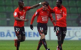 Abdoul Razzagui et Victor Hugo Montano félicitent Fabien Lemoine, auteur d'une passe décisive pour son retour en Ligue 1, le 18 décembre 2010.