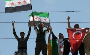 Des tirs des forces de sécurités syriennes ont atteint dans la nuit de mardi à mercredi un camp de préfabriqués en Turquie situé juste à la frontière syrienne et abritant des réfugés syriens, ont rapporté les médias turcs.