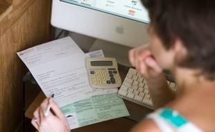 Illustration d'une personne utilisant un comparateur de prix d'assurances sur Internet.