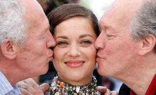 """Les frères Luc (d) et Jean-Pierre (g) Dardenne ont choisi Marion Cotillard pour jouer dans """"Deux jours, une nuit"""", présenté mardi 20 mai 2014 à Cannes: """"un coup de foudre cinématographique"""" disent-ils"""