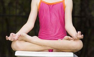 Une petite fille en train de méditer.