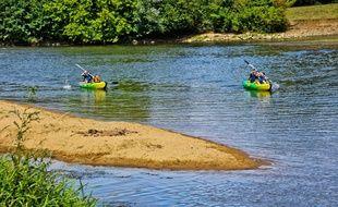 illustration de personnes pratiquant le canoë sur une rivière .