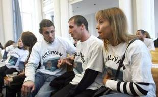 Sur les bancs de la partie civile, la famille et leurs soutiens, nombreux, portent tous un t-shirt à l'effigie de Sullivan.