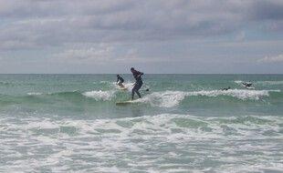 Un surfeur sur la pointe de la Torche dans le Finistère.