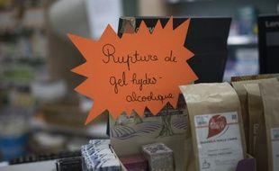 Une note indiquant la rupture de stocks de gels hydroalcooliques dans une pharmacie de Marseille.