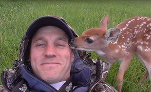 Cet Américain a pris grand soin du bébé faon trouvé dans son jardin, le temps de retrouver sa mère pour lui confier son petit.