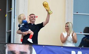 Antoine Griezmann avec sa femme Erika Choperena et sa fille Mia à Mâcon le 20 juillet 2018.