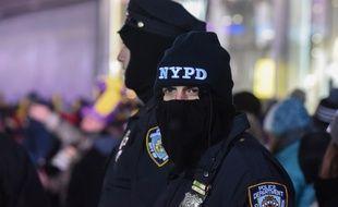 Des policiers en patrouille le soir du Nouvel An.