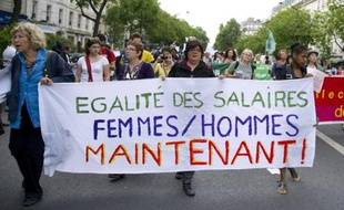 Des femmes portent une banderole en faveur de l'égalité salariale hommes-femmes dans le défilé du 1er mai à Paris le 1er mai 2011