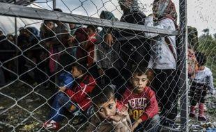 Réfugiés et migrants en attente d'un train à destination de la Serbie le 25 septembre 2015 près de la frontière entre la Macédoine et la Grèce