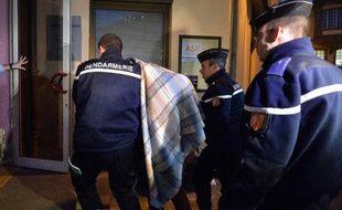 Des gendarmes conduisent le 18 février 2015 vers le tribunal de Saverne, dans l'est de la France, un des adolescents interpellés suite aux dégradations commises dans le cimetière juif de Sarre-Union