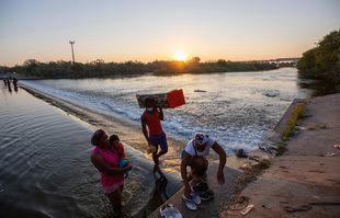 Les migrants haïtiens rentrent au Mexique de Del Rio, au Texas, à Ciudad Acuna aux premières heures du matin pour acheter de la nourriture et de l'eau alors qu'ils campent sous le pont international de Del Rio du côté américain, le 18, septembre 2021.