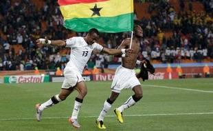 Les Ghanéens Andre Ayew (à gauche) et John Pantsil célèbrent leur qualification en huitième de finale de la Coupe du monde, le 23 juin 2010