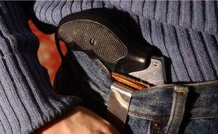 Une personne portant un pistolet à la ceinture (illustration).