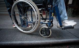 Un homme en fauteuil roulant . (Illustration)