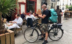 Seuls les livreurs à vélo ou à scooter électrique sont autorisés à circuler dans l'aire piétonne du centre-ville de Nantes.