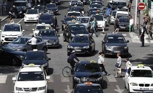 Les taxis ont bloqué les rues de Lyon afin de protester contre UberPop. AFP PHOTO/PHILIPPE DESMAZES