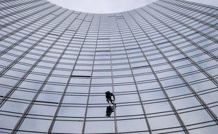 """Alain Robert en pleine ascension du """"Skyper"""", un immeuble de 42 étages situé à Francfort"""