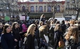 Deux jours après les attaques, la foule se masse devant le Bataclan.