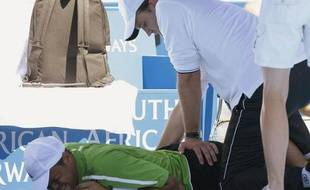 Jo-Wilfried Tsonga se fait manipuler le dos à Sydney le 14 janvier 2009.