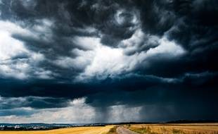 Ciel noir et orages (illustration).