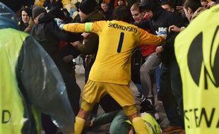 Le gardien du Dynamo Kiev Olexandr Shovkovski a foncé dans la mêlée tête baissée, au risque de recevoir des coups.