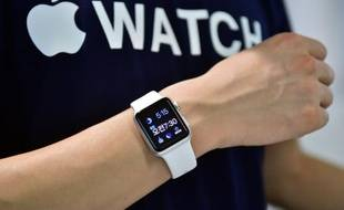 Un employé montre l'Apple Watch dans un magasin Apple de Séoul le 26 juin 2015