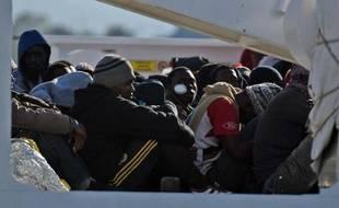 Des migrants naufragés secourus en Méditerranée, à leur arrivée le 16 avril 2015 au port d'Augusta en Sicile