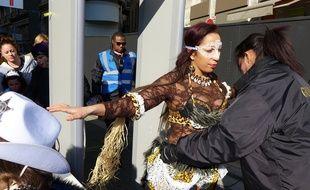Avant d'entrer dans l'enceinte du Carnaval de Nice, les visiteurs, même déguisés, sont fouillés.