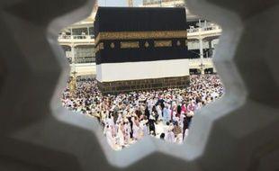 Des pèlerins marchent autour de la Kaaba dans la Mosquée sacrée de la Mecque en Arabie Saoudite, le 14 septembre 2015
