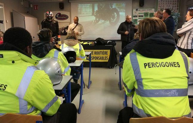 Le 31 janvier 2019. Chez Percigones à Ternay, des motards de la police nationale forment des adolescents à la conduite de deux-roues motorisées.
