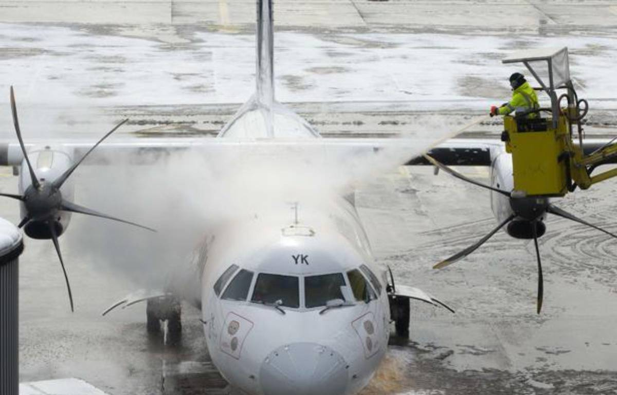 Dégivrage d'un avion sur les pistes d'Orly, le 13 mars 2013. – Jacques Brinon/AP/SIPA