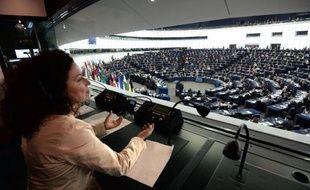 Une interprète travaillant durant une séance du Parlement européen de Strasbourg, le 15 avril 2014: cas unique au monde cette assemblée qui réunit 751 députés de 28 pays travaille en 24 langues