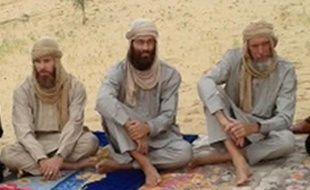 Trois Occidentaux enlevés au Mali et détenus depuis près de neuf mois par Al-Qaïda sont apparus mardi soir dans une vidéo diffusée par la chaîne Al-Jazeera, selon laquelle ils ont appelé leurs gouvernements à intervenir pour les faire libérer.