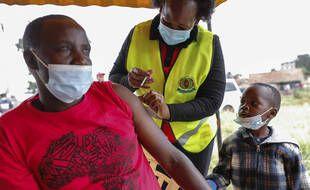 Un homme reçoit une dose de vaccin contre le coronavirus AstraZeneca donnée par la Grande-Bretagne, à Nairobi, au Kenya, le samedi 14 août 2021.