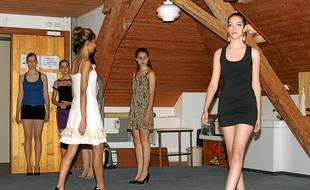 Jade Thiriet (à droite) enseigne la façon de défiler aux futurs mannequins.
