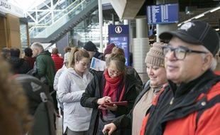Des passagers bloqués à l'aéroport de Keflavik le 28 mars 2019 après la faillite de la compagnie aérienne WOW Air.