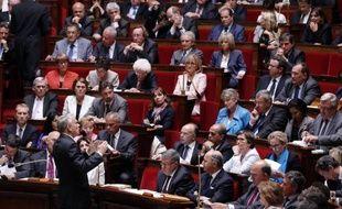 La première séance des questions au gouvernement Ayrault, mercredi à l'Assemblée nationale, a vite glissé de la guerre de tranchées entre deux camps en apparence irréductibles à l'expression d'une angoisse partagée sur les questions d'emploi.