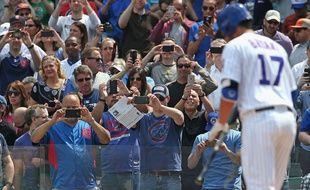Des spectateurs d'un match de baseball se servent de leur téléphone pendant un match des Chicago Cubs, le 17 avril 2015.