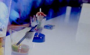 Des verres d'alcool, dans une discothèque (illustration)