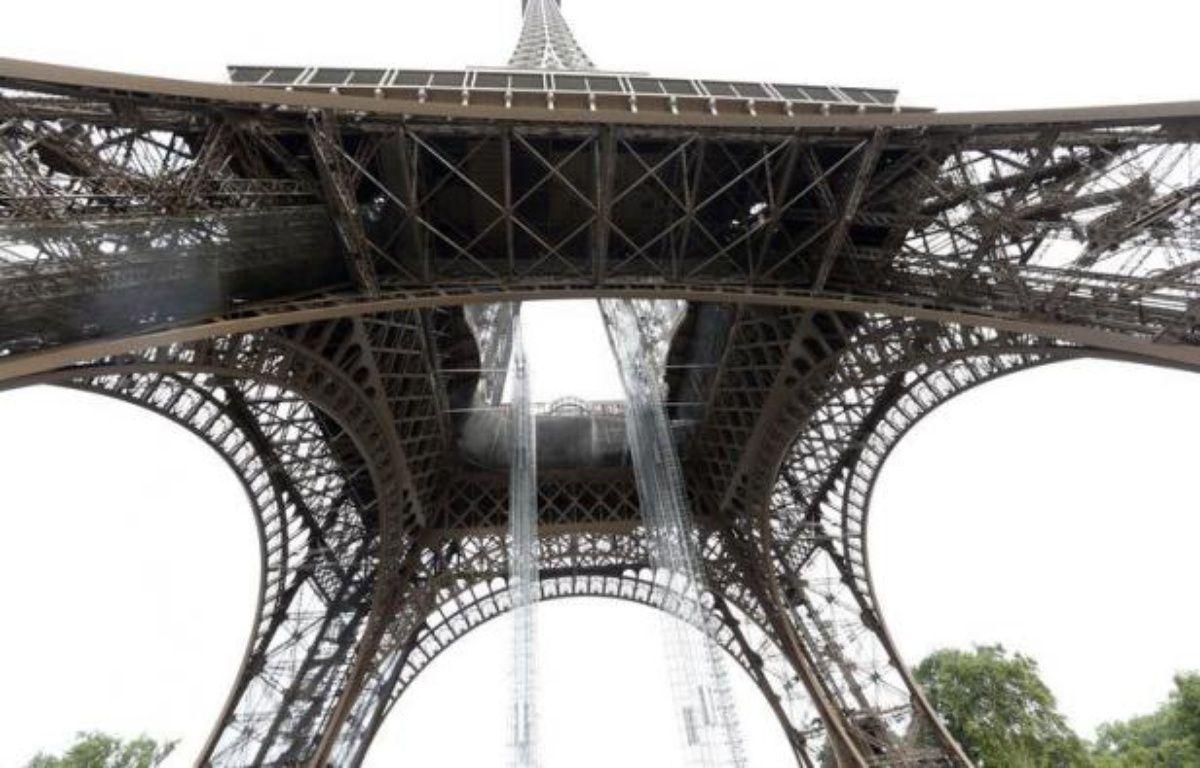 """La Tour Eiffel, dont le premier étage le plus vaste et le moins fréquenté est en plein chantier, veut donner """"symboliquement"""" l'exemple d'une modernisation qui passe par plus d'attractivité, d'accessibilité et d'écologie en fabriquant bientôt une partie de son énergie. – Pierre Verdy afp.com"""