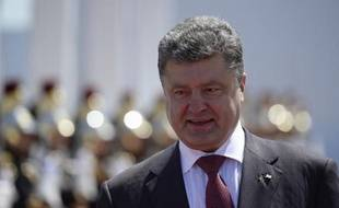 Le président ukrainien Petro Poroshenko ici le 6 juin 2014 lors des cérémonies du Débarquement, vient d' annoncer un prochain cessez-le-feu unilatéral dans l'Est de l'Ukraine