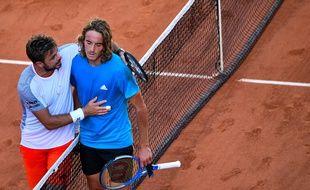 Stan Wawrinka et Stefanos Tsitsipas à l'issue de leur match sublime en huitièmes de finale de Roland-Garros, le 2 juin 2019.