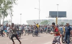 Des manifestants le 24 juin 2020 à Kinshasa autour du Parlement.