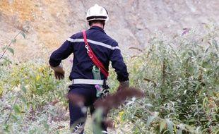 Illustration d'un pompier de l'équipe cynophile et son chien, ici lors d'un exercice près de Rennes.