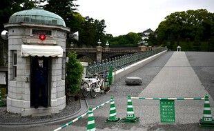 Un garde devant l'une des entrées du palais impérial de Tokyo. (archives)
